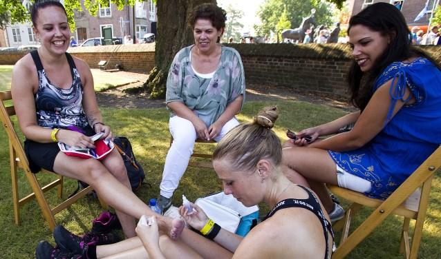 """Eva Monshouwer (op de voorgrond): """"Mijn vriendin kreeg al op de eerste dag last van blaren en kramp."""""""