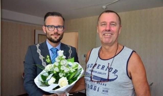 Loco-burgemeester Arjan Kraijo bezocht donderdag 26 juli Koos de Klerk (61) uit Alblasserdam.  (Foto: gemeente Alblasserdam)