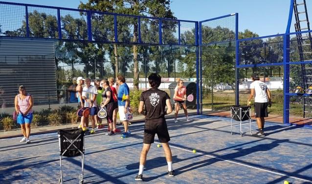 Door middel van demonstraties en clinics kunnen bezoekers kennismaken met de nieuwe sport. Foto: TC De Mors