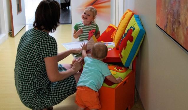 Het pakket bestaat uit de kussens met bijpassende hockers, waarin het materiaal voor de kinderen kan worden bewaard. Foto: Arjan Baan.