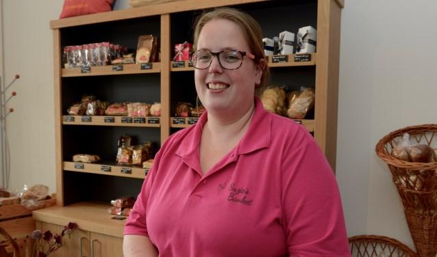 Suzanne van Ommeren is blij met haar nieuwe werkruimte en biedt de bezoekers aan het winkelcentrum een rustmoment.   (Foto en tekst: Cees Hoogteyling)