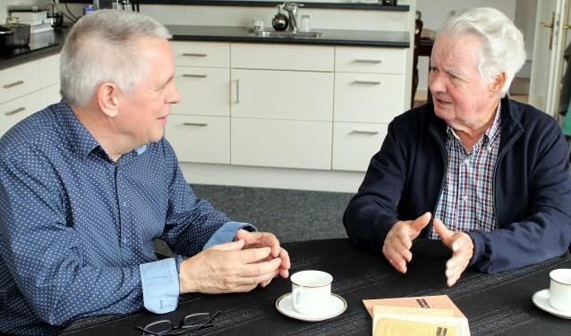 John Engelbarts (rechts) praat Ton Loef (links) bij over vroeger