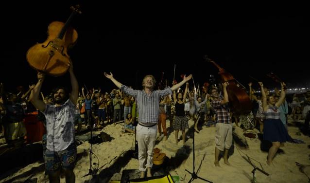 De 42 enthousiaste jonge muzikanten van Ricciotti zetten het publiek overal in vuur en vlam met Cubaanse muziek. (Foto: Wouter Nooitgedagt)