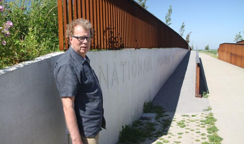 Jan Kater bij het monument voor MH 17.