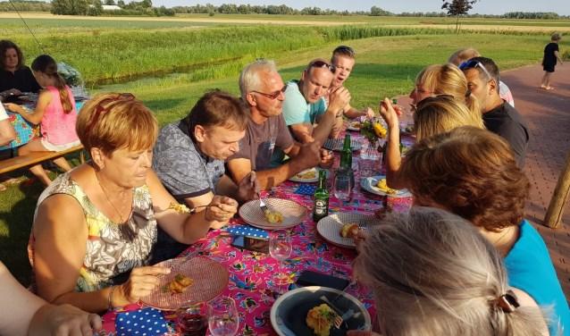 Wijnanda van Meggelen zette met de Aviko Buurttafel haar buurtbewoners in het zonnetje.