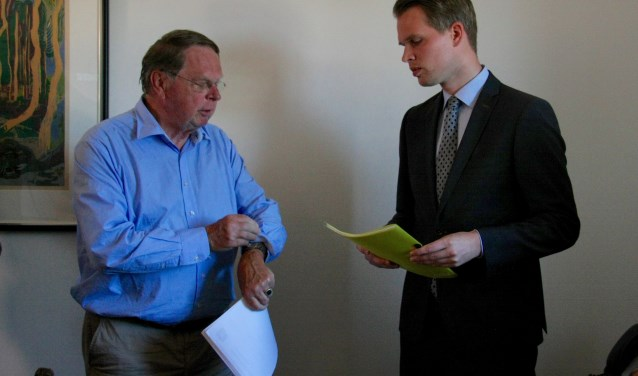 Op het moment dat Jaap Cannegieter de petitie overhandigd heeft, gebeurt dat ook in Arnhem bij het provinciehuis.
