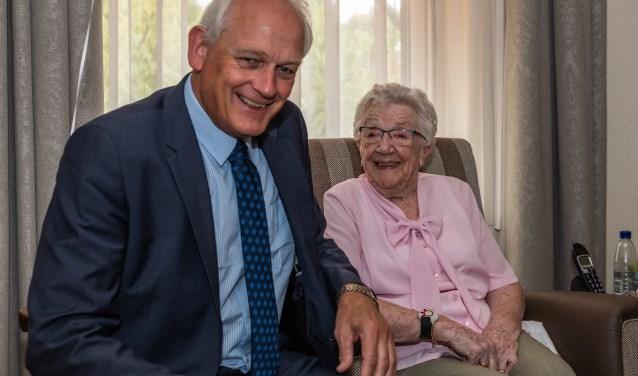 Mevrouw Bekkers kon het bezoek van burgemeester Lamers wel waarderen! Volgend jaar weer! (Fotografie: Wim van den Berg)