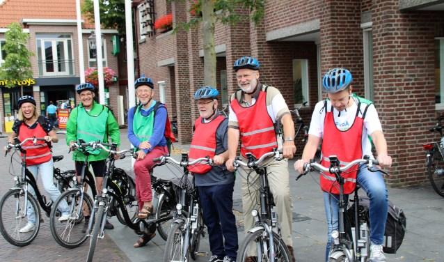 De delegatie van PvdA/GL staat op de Markt klaar voor vertrek per e-bike. Foto Dick Baas