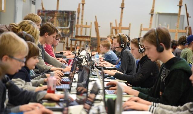 De jongeren gaan in teams van maximaal vijf personen aan de slag met Minecraft.