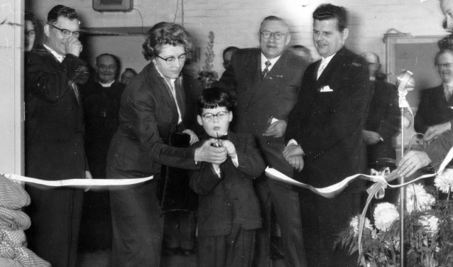 Opening Van Gils in 1953, Zwaanhoefstraat te Roosendaal. Opening door Alwin van Gils zoon van Miel van Gils