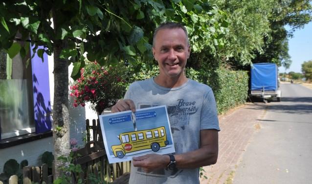 Joost Loomans en zijn schoolbus- nu nog even alleen op papier. FOTO: Anneke Flikweert