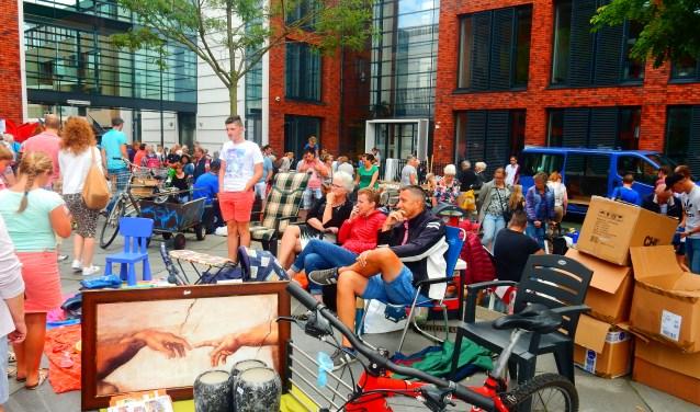 Bij de lommerdmarkt kunnen bezoekers struinen over het plein voor het gemeentehuis. Foto: Jolien van Gaalen.
