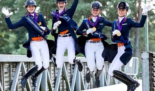 Het Nederlandse team EK-dressuur junioren met goud. De Nunspeetse Kimberly Pap is een van de vier. Eigen foto