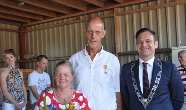 De heer Bos van de vrijwillige brandweer kreeg op 30 juni de versierselen uitgereikt door burgemeester Potters.  FOTO: Julie Houben