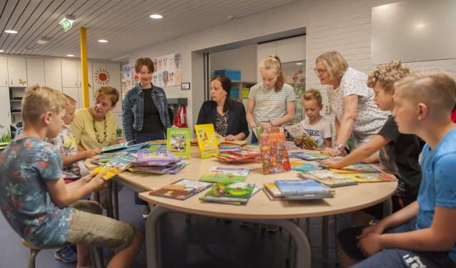 """""""Veel leerlingen willen zelf ook graag meedenken over welke boeken er in de bibliotheek moeten komen.'' Foto Vanessa Wassink"""