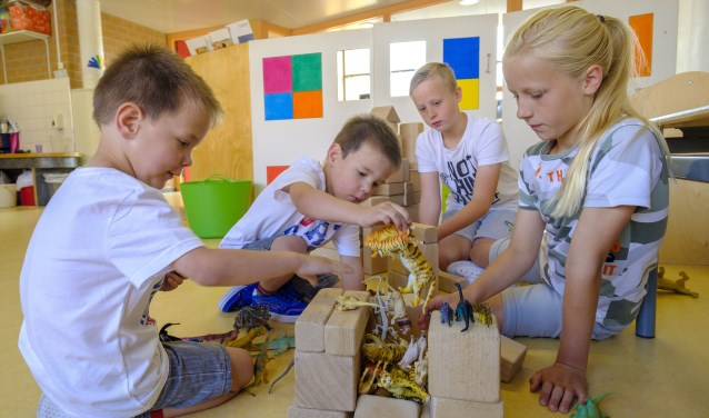 Koen en Luuk hebben al even mogen rondkijken op hun nieuwe school PCBO De Regenboog Osseveld in Apeldoorn. Schoolgenootjes Leah en Marijn (rechts), ook een tweeling, keken alvast met hen mee. – Foto Jeroen Taalman