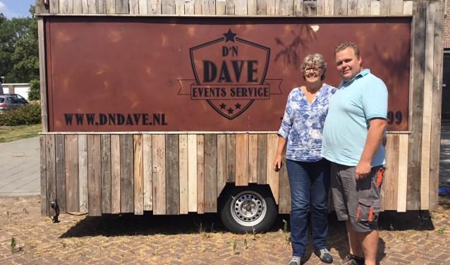 Beppie met haar zoon Dave voor de foodtruck waarmee zij haar zoon helpt op festivals. (foto DFP)