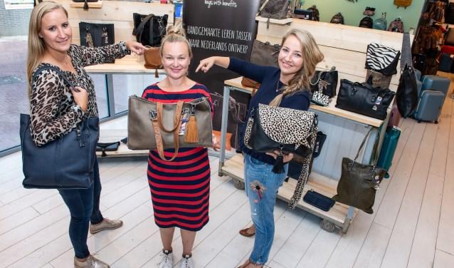 Desiré Bruin-van Voorst, wordt omringd door Elleke Jager (links) en Renée Gosschalk. De Epese neemt Bags With Benefits over van het duo.