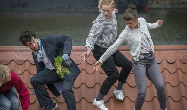 De voorstelling Hellend Vlak van dansgroep Vloeistof in de piushaven in Tilburg.Foto: Joyce van Belkom