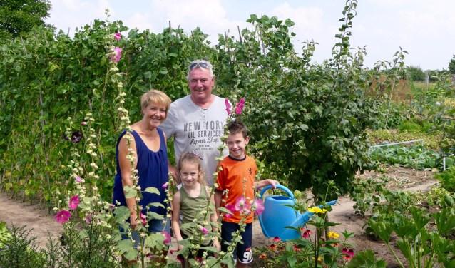 Het echtpaar Hans en Anita Kivits uit Oudheusden met hun kleinkinderen Fay en Quint. Foto: Brandarispers