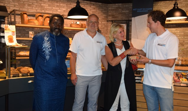 Stefan van Daalen overhandigt de ambassadeur van Oeganda, Mirjam Blaak, het eerste Bake for Life Bananenbrood.