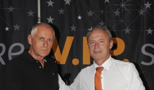 Richard Kemperman ontvangt uit handen van KNVB-ambassadeur Theo Aaldering een certificaat en speld. (foto: Peter Beekman)