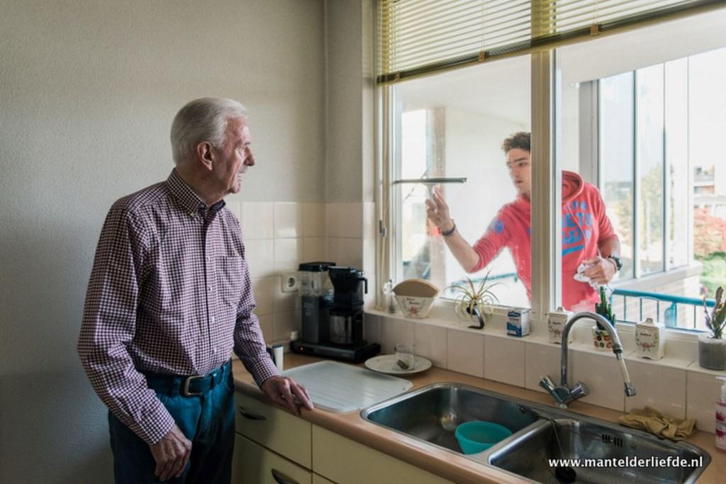 De tentoonstelling in de bibliotheek zet de vele mantelzorgers in het zonnetje om meer begrip voor hen te kweken. Foto: www.mantelderliefde.nl.