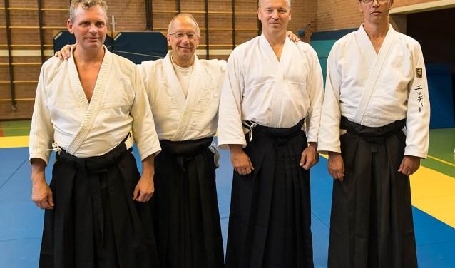 Van links naar rechts: Marcel Looy, Pieter van Dongen, Jaap Dogger en Eddy Nuijten. Jaap en Marcel dragen voor de eerste keer de Japanse broekrok, de hakama. (Foto Har van Tol)