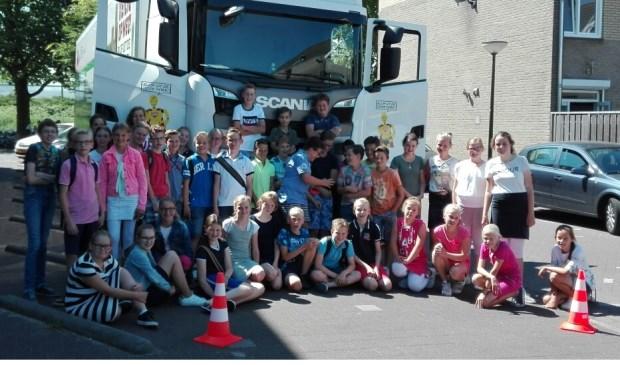 Kinderen van de Wilhelminaschool voor de Veilig op Weg vrachtauto. Eigen foto