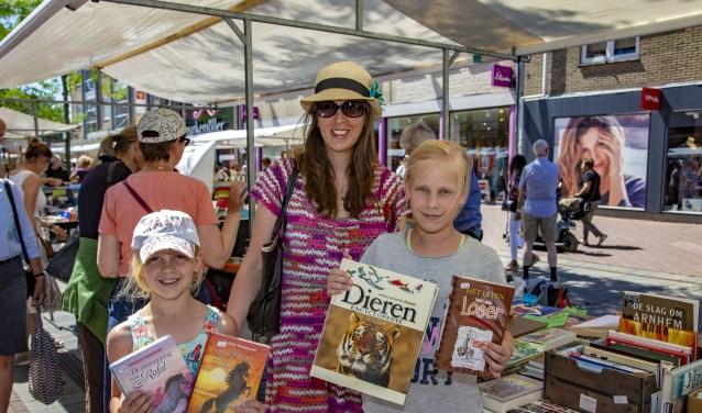 DORDRECHT – Op zondag 1 juli 2018 was het de 23ste boekenmark in Dordrecht. De Visstraat, Begijnhof, Sarisgang en het Statenplein waren gevuld met allerlei soorten boekenkramen, waar mensen langs snuffelde op zoek naar het juiste boek of een leuk koopje.Het zonnige weer werkte positief mee. De mense