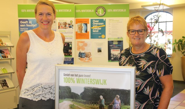 Giene te Gronde (l) en Adrie Bengevooord van de VVV Winterswijk: ''Flinke stijging van het aantal bezoekers'.