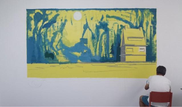 Dordtenaar en Picturalid Albert Zwaan werkt in de Derde zaal aan een grote wandschildering tijdens de tentoonstelling City Scapes.
