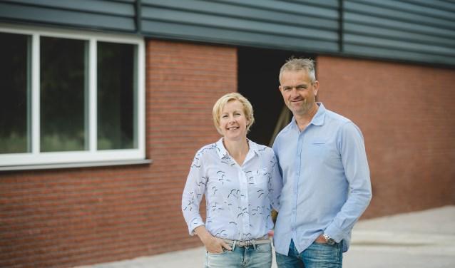 Gert en Marjan voor hun nieuwe pluimveestal aan de Kleuterweg vlakbij Barneveld. Foto: Danielle Blokland