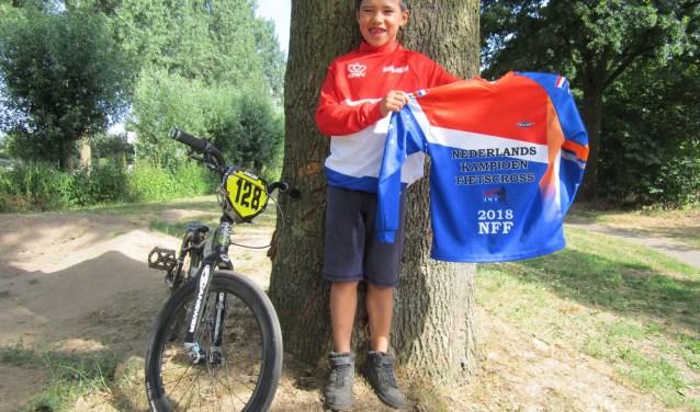 De 7-jarige Gian van Aarle showt zijn kampioenstruien. Zijn volgende doel? Het WK 2019 in het Belgische Zolder.