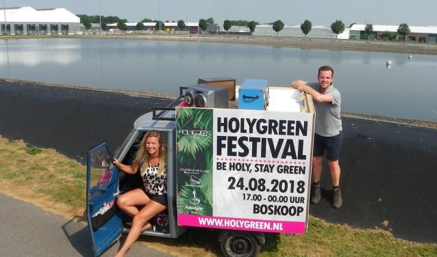 Donja Verbeij en Jeffrey Houtman van Stichting Holygreen met de tuktuk op het festivalterrein.
