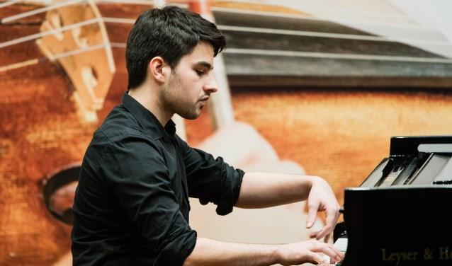 Daniël Vissers is op vrijdag 3 augustus te zien en te horen op Kasteel Doornenburg. Hij brengt onder andere werken van Bach ten gehore. (foto: Majankafotografie)