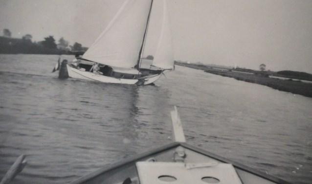 Zomers beleefde de familie Kloos heerlijke momenten op de Elwijo. Het schip werd na het einde van de Tweede Wereldoorlog (af)gebouwd door Jo Kloos.