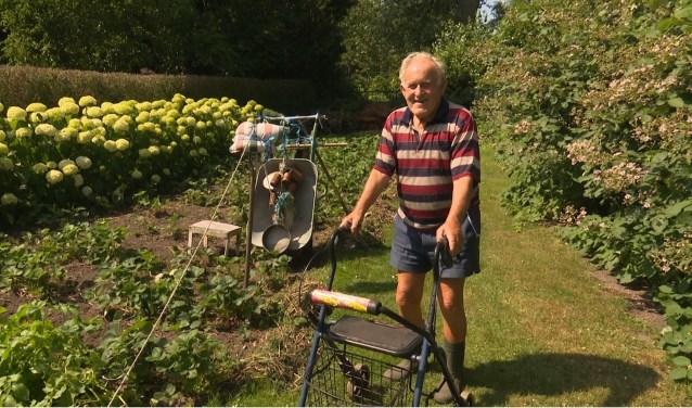 Piet Post in zijn tuin. (Foto: Jos Kruisbergen)