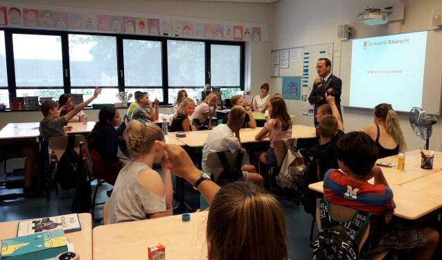 Burgemeester Bram van Hemmen geeft zelf alcohol- en drugs preventieles op basisscholen. (Foto: Nanda van Heteren)