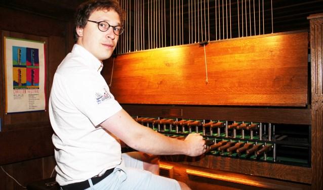 """Beiaardier Jan Geert Heuvelman: """"Iedereen is welkom om het carillon te bekijken."""" (Foto: Arjen Dieperink)"""