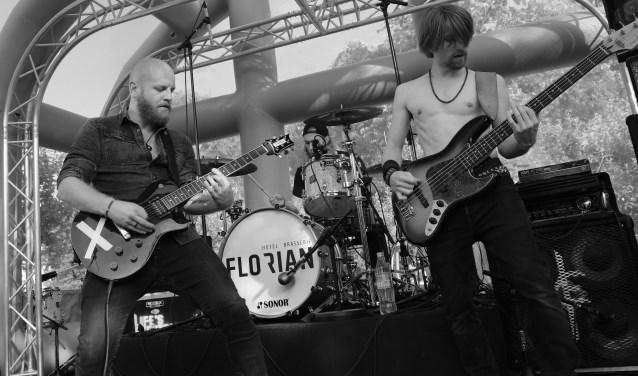 Zanger/slaggitarist Ferry van der Woude (links) van Life's Electric kijkt positief terug op het festival.  FOTO: Wim Robben