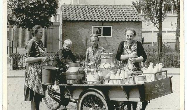 Vrouwen uit Benthuizen ontmoeten elkaar bij de melkboerkar van J. Smink.