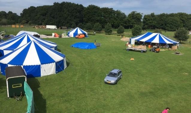 Over drie weken begint de opbouw: karren naar binnen rijden, tenten opzetten… op 13 augustus weer 1600 kinderen voor de poort.