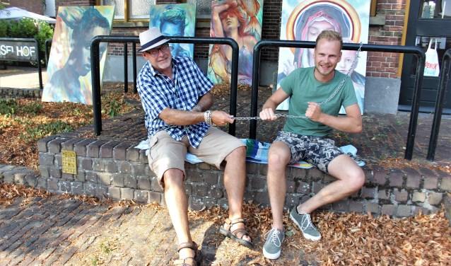 Wiljo en Marvin geketend in de hitte aan het Grienselhof om aandacht te vragen voor de leegstand in Den Dungen. Foto: Wendy van Lijssel