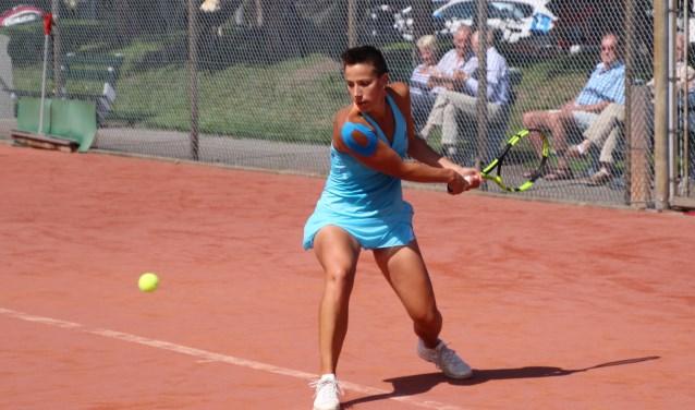Tennister Mandy Wolfert in actie op een vorig toernooi op het TV Roosendaal tennispark. Vanaf woensdag tot en met zaterdag is iedereen welkom om diverse spelers weer in actie te zien. Foto: Doris Vermeulen
