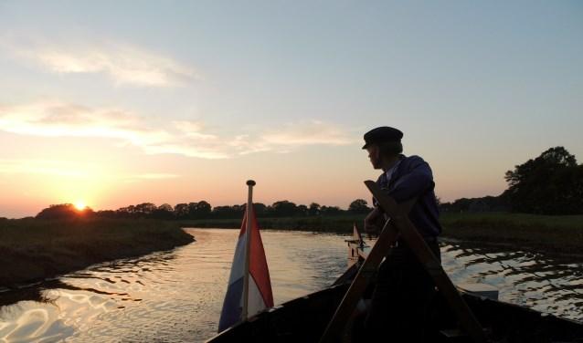 Tijdens de tocht kunnen deelnemers kijken naar de zonsondergang.