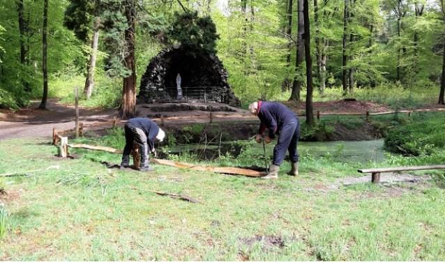 Vrijwilligers van stichting Credo Pugno ijverden voor herstel van de Lourdesgrot in het Driebergse Seminatiebos. FOTO: Marcel Bos