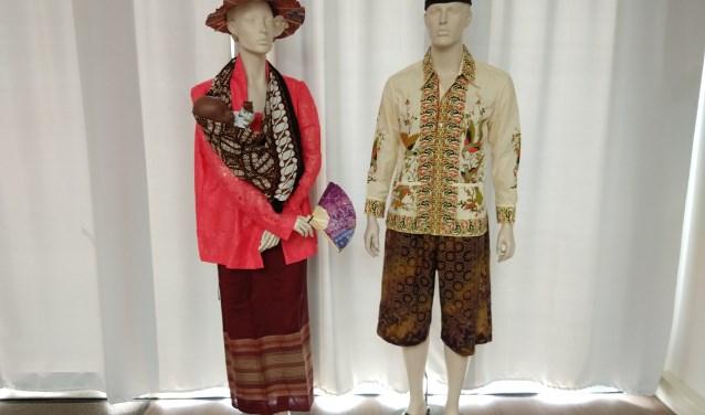 De unieke collectie Javaanse en Balinese dansmaskers, houten en bronzen kunstobjecten maakt deel uit van een expositie. Op de foto Indische kledij.