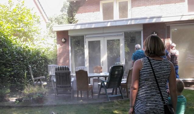 Ja, daar is de eerste rook! De energie-adviseur heeft bewezen dat het huis lek is.
