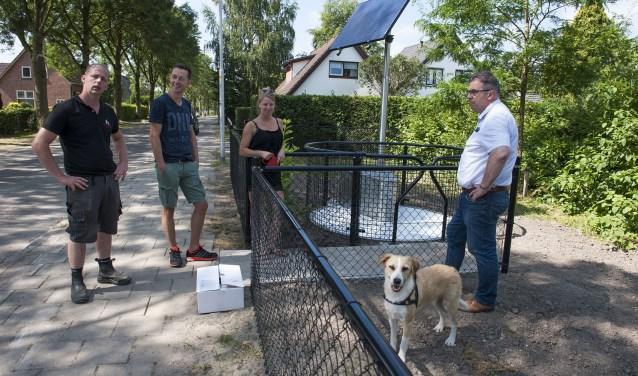 Martijn Top (links) legt uit hoe het hondentoilet werkt. Daarnaast ontwerper Cees van den Brink (rechts). (foto: Ellen Koelewijn)